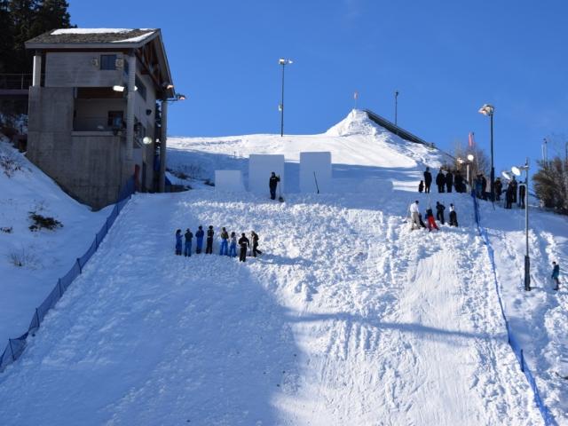 Przygotowania stoku dla skoczków narciarskich free stylowych