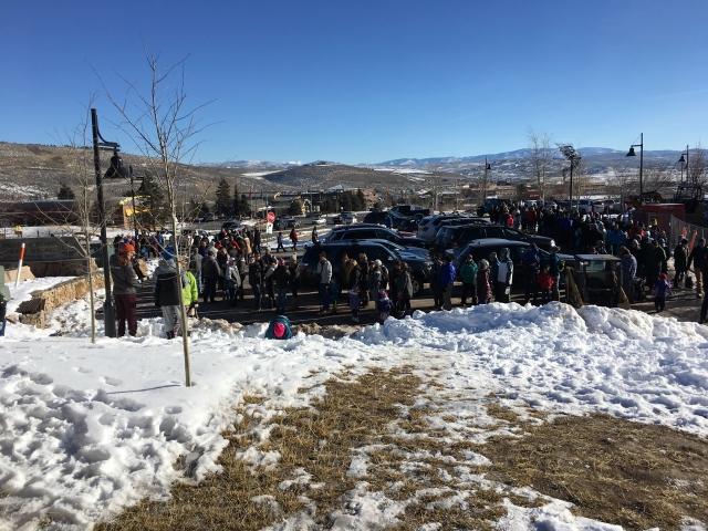 Kolejka do busa by dojechać na skocznię narciarską