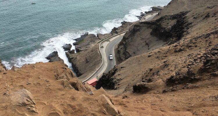 WIdok na klif i krętą drogę, Lima, Peru
